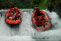 Funny-Telaga-Waja-River-Rafting-05